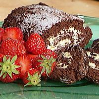 Sjokoladerullekake med sitronkrem og friske bær -