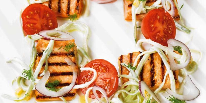 Grillet laks med agurk- og yoghurtsalat -