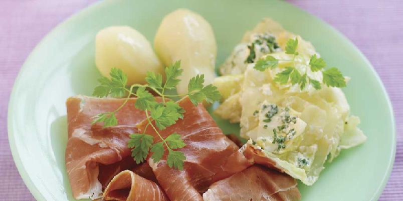Spekeskinke med sommerkål - Dette er en nydelig sommertallerken med masse god smak. Retten kan også serveres med saus. Lag din egen eller bruk hollandaise eller hvit saus fra pose.