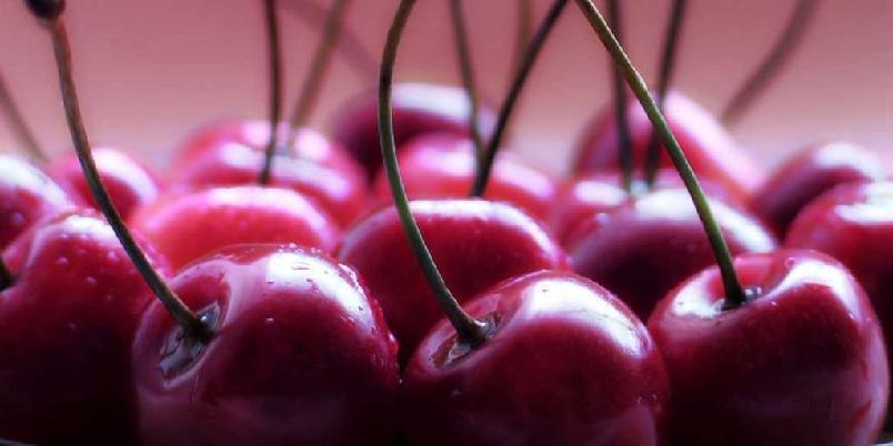"""Kirsebærlikør - Bærene kan serveres som dessert med f.eks. is eller pisket kremfløte til. Denne desserten er en """"bilfri voksendessert"""", da bærene inneholder mye alkohol."""
