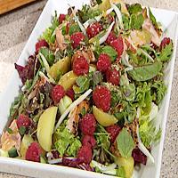 Salat med røkt ørret og bringebær -