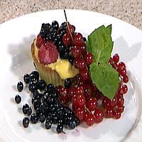 Tarteletter med sjokolade, vaniljekrem og bær -