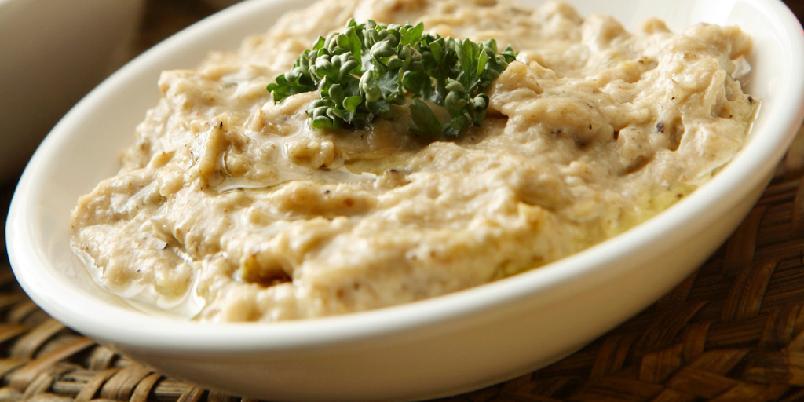 Auberginedip –baba ganoush - Dette er en svært vanlig libanesisk meze (smårett). Pitabrød brukes som bestikk.