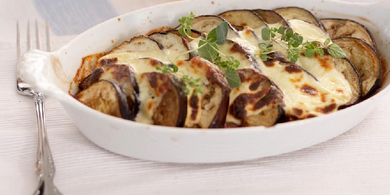 """Auberginegrateng - En vegetarisk ovnsrett til glede for vegetarianere og andre. Aubergine gir en """"kjøttfull"""" smak."""