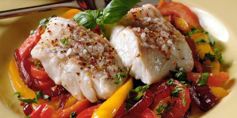 Ovnsbakt sei med tomat, paprika og rødløk - Dette er en enkel oppskrift med den billige og gode seien.