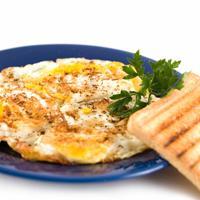 Omelett med fett av foie gras (gåse/andelever - Dette er en omelett som er toppen av luksus. For å lage den må man skjære av den gule fettet fra en boks eller terrine med foie gras, eller gåselever/andelever som det også kalles.