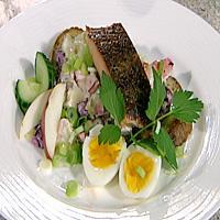 Varmrøkt fisk med kremet potet- og eplesalat -