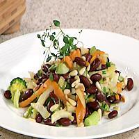Grønnsakwok med ris, pinjekjerner og blåskimmelost -