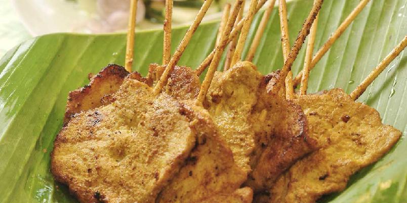 Thai moo satay - svinesatay med peanøttsaus og salat - Satayspyd med peanøttsaus er et klassisk eksempel på hvordan mildt og magert svinekjøtt fungerer godt sammen med kraftige og smaksrike sauser.
