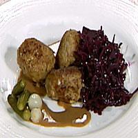 Annettes danske frikadeller servert med rødkål -