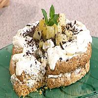 Kokos- og cornflakeskake med ananas og krem -