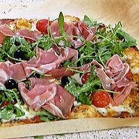 Pizza med skinke og oregano -