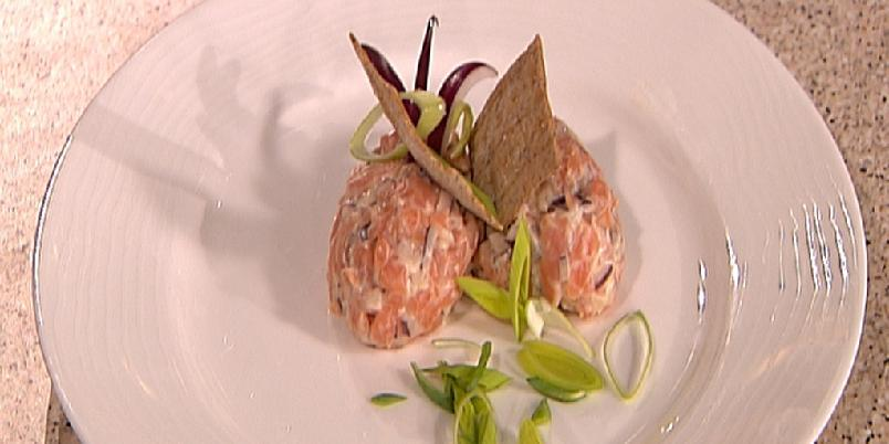 Rakfisk, rakfiskrullader, rakfisktartar og rakfiskmousse - Finhakket blandet med rømme i tartar (bildet) er bare en av mange måter å tilberede rakfisk på.