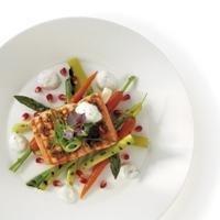 Grillet ørret med kesam, granateple og vårgrønnsaker -