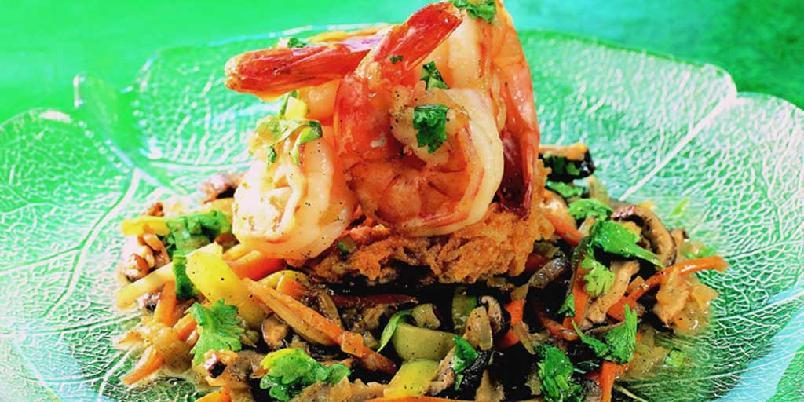 Sprøstekte risnudler med scampi - Denne retten er sterkt påvirket av det kinesiske kjøkken. Det er en selvstendig rett. Scampiene kan erstattes med kylling- eller biffstrimler.