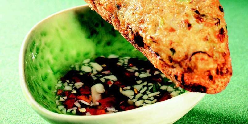 Scampi med franskbrød - Vietnameserne elsker denne lille forretten, som alltid blir servert i selskaper. Smaken av stekt scampipasta på sprøstekt franskbrød (bagett) er herlig. En liten dippsaus følger med.