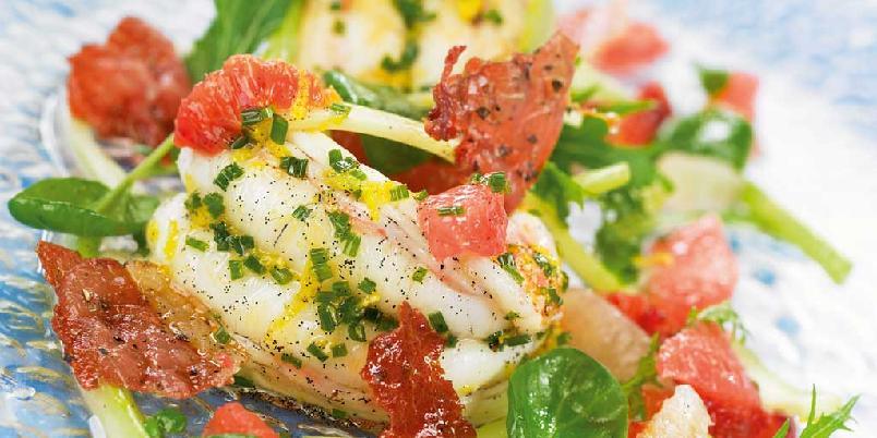 Salat med stangselleri, sitrusfrukter, vanilje og sjøkreps - Denne salaten er faktisk også god å servere til all slags fisk, dessuten til lyst kjøtt som kylling eller kalv. Bruk gjerne noe sprøtt i salaten. Sprøstekt skinke vil helt klart være en vinner, men brødkrumme, grissini eller potetchips kan også få folk til å smile når de spiser?