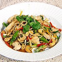 Chili- og kyllingnudler med paprika og cashewnøtter -