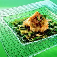Fisk med karamellsaus - Blir du invitert til en tradisjonell vietnamesisk middag, kan du regne med at denne retten kommer på bordet. Den er lett å lage og smaken er helt herlig. Bruk skiver av torsk eller kveite.