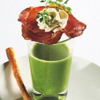 Grønn ertesuppe med kjørvel og pepperostekrem -