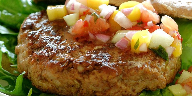 Kyllingburger med paprikasalsa - En mager utgave av den tradisjonelle burgeren.