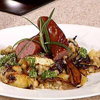 Ovnsbakte rotgrønnsaker med byggryn, grønnkålsaus og kryddersterke pølser -