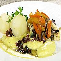 Fiskeboller i lys karri- og løksaus, ovnsstekte rotgrønnsaker og sprøstekt bacon -