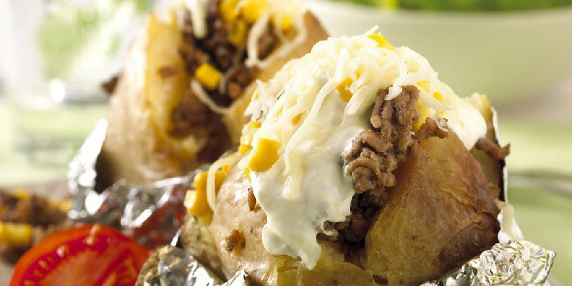 Bakt potet med kjøttdeig - Det er verdt ventetiden! Baker du potetene uten aluminiumsfolie får du en god skorpe på dem.