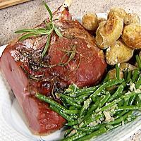Honning- og rosmarinmarinert lammestek, saltbakte poteter, rødvinsaus og aspargesbønner -