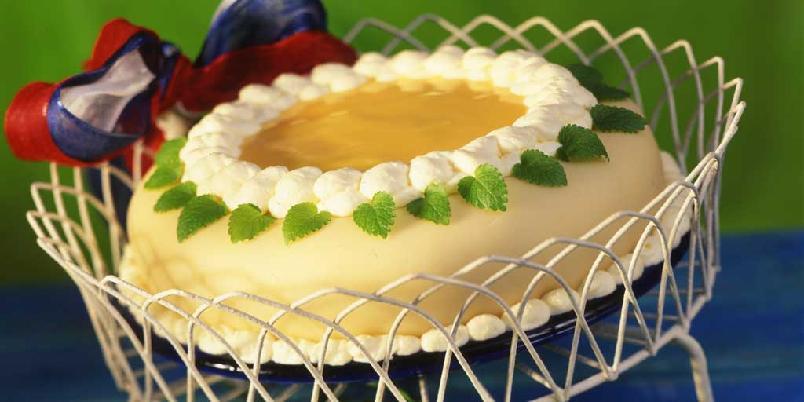 Marsipankake med eggelikørfromasj - Pyntet med bånd i rødt, hvitt og blått blir dette en flott mai-kake. Men den passer også for andre festlige anledninger.