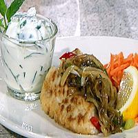 Seibiff med løk og chili, råkost, yoghurt- og agurkdressing -