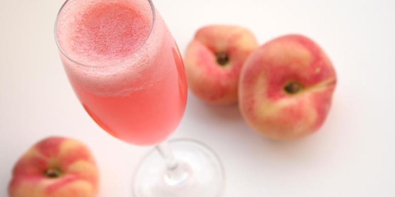 Bellini - Drinken bellini er laget av musserende vin og hvite ferskener. Den er vanlig å drikke ved festlige anledninger i Italia.