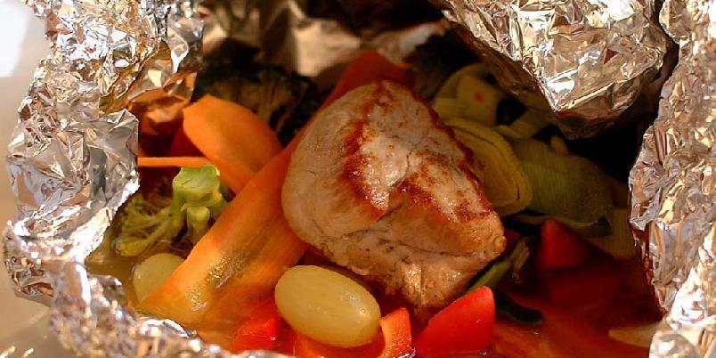 Foliebakt indrefilet - Svinefilet, grønnsaker, frukt, hvitvin med mer pakkes inn i aluminiumsfolie. Stekes på grillen eller i stekeovn. Lettlaget og godt!