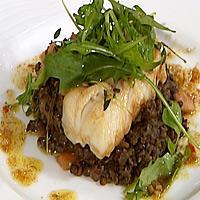 Skinnstekt torsk med grønne linser og soya- og ingefærsmør -