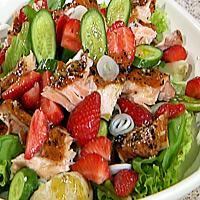Salat med røkt ørret og jordbær -