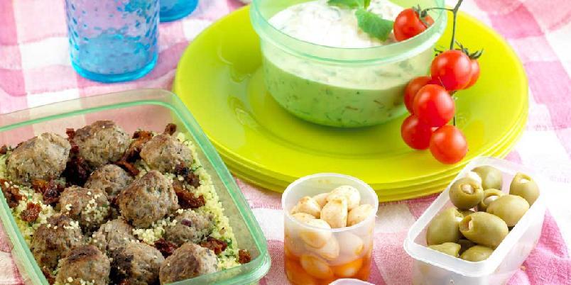 Lammekjøttboller med bulgursalat og yoghurtsaus -
