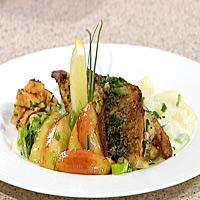 Stekt makrell med sennep og dill servert med stuede poteter og gressløk -