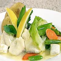 Kveitefrikassé med sommerkål og ferske poteter -