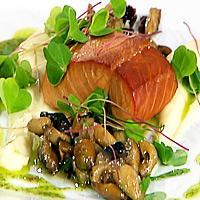 Varmrøkt laksefilet servert med sellerikrem, marinert steinsopp og engsyrevinaigrette -