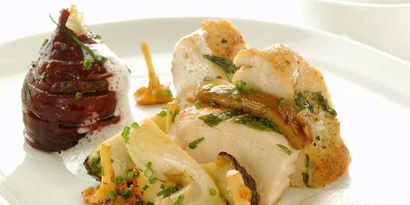 Stekt kyllingbryst med skogsopp - Bruk en blanding av det du har fra soppturen, og lag dette nydelige festmåltidet.