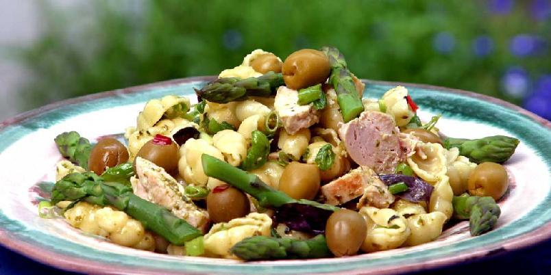 Pastasalat med kylling og asparges - En enkel salat som passer både som middag og lunsj.