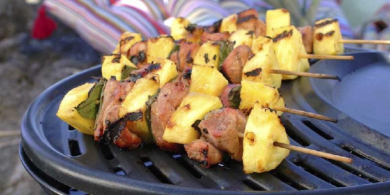 Grillspyd med nakkekotelett og ananas - Smakfulle grillspyd med ananas og salvie.