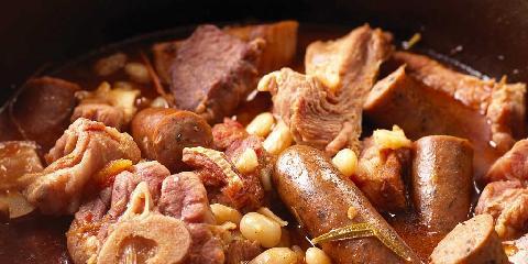 Lammecassoulet med bønner - Nydelig fransk gryterett med både salt og ferskt lammekjøtt, svinekjøtt og bønner.