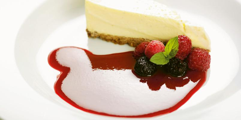 Rune Pals ostekake med bringebær- eller jordbærcoulis - Det finnes hundrevis av oppskrifter på ostekake, men denne er den beste.