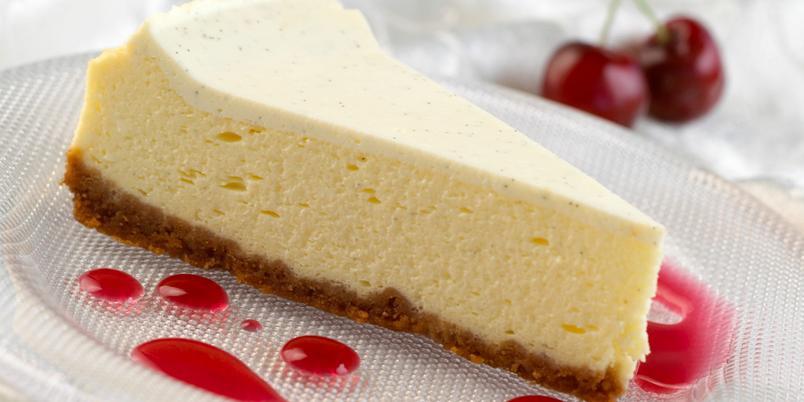 Ostekake med kirsebærsaus - Dette er en drøm av en ostekake med frisk saus av kirsebær.
