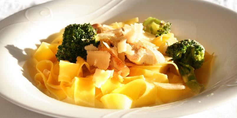 Kremet pasta med kylling - Pasta er redningen når du trenger kjappe middager. Denne inneholder veldig få ingredienser og er superenkel å lage.
