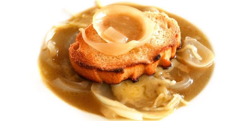 Løksuppe med madeira og ost - Ingenting er så billig og godt som løksuppe. Dette er den klassiske løksuppa som har sjenerøst med ost i seg!