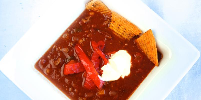 Chili con carne med rømme og tortilla - Chili con carne er nydelig hverdagsmat som metter og varmer. Det er overraskende enkelt å lykkes med chili con carne og når du serverer med tortillachips og rømme er suksessen sikret.