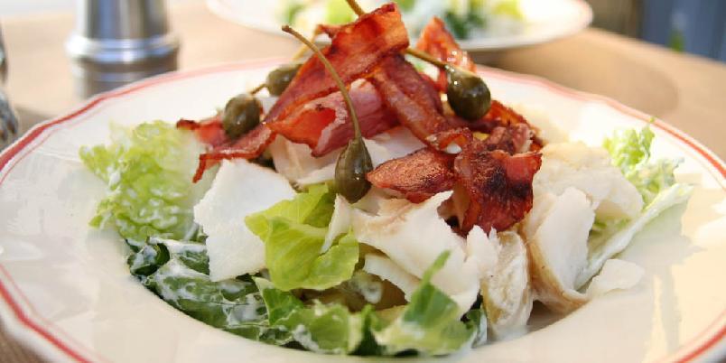 Salat med torsk og bacon - Torsk i salat er kanskje uvant, men det smaker nydelig. Prøv, da vel.
