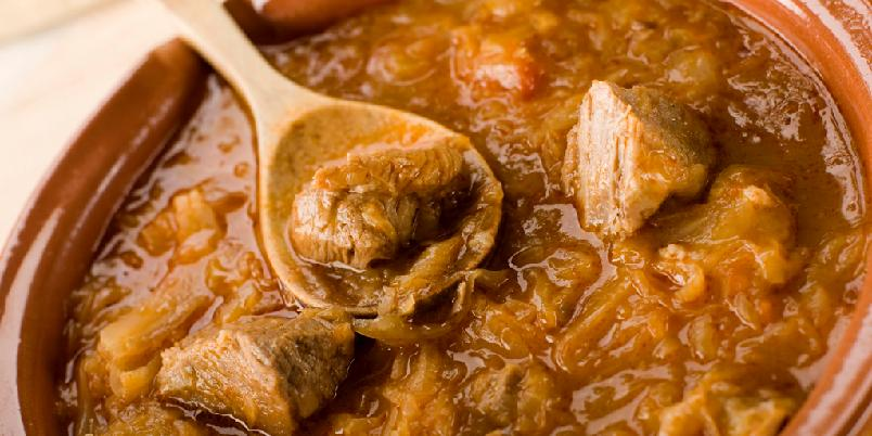 Gulasj - Gulasj er Ungarns stolte nasjonalrett. Det viktigste er at kjøttet for lov til å koke lenge nok. Ellers er det ikke mange feil man kan gjøre med denne retten.